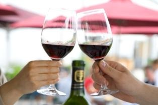 tourist-attractions-in-hawaii-02; glasses of wine