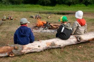 campfire-safety-for-kids-02; children learning about fire safety